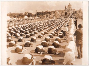 Thai students prostrate to a statue of King Chulalongkorn (who abolished prostration)